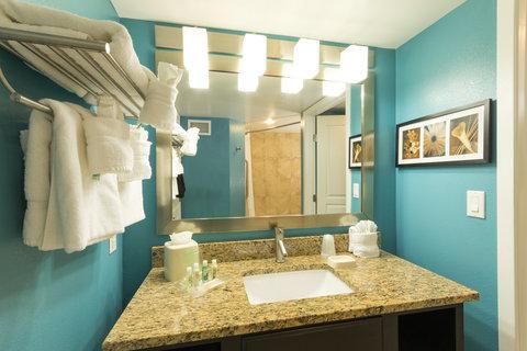 Holiday Inn Resort DAYTONA BEACH OCEANFRONT - Oceanfront Double Queen Suite Bathroom Vanity