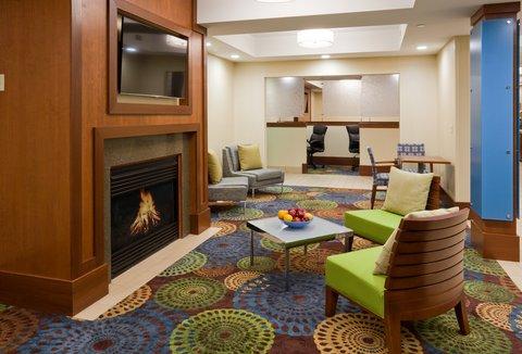 Holiday Inn Express CEDAR RAPIDS (COLLINS RD) - Hotel Lobby