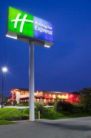 Holiday Inn Express CEDAR RAPIDS (COLLINS RD) - Holiday Inn Express - Collins Road located next to Chili s Grill
