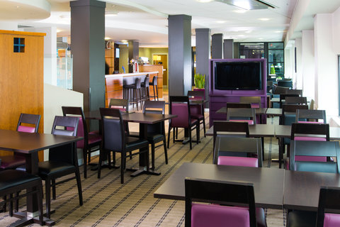 Holiday Inn Express GLASGOW - CITY CTR RIVERSIDE - Keep yourself up-to-date with the news while tucking into breaky