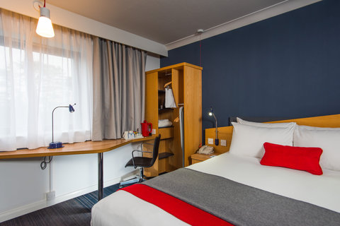 Holiday Inn Express GLASGOW - CITY CTR RIVERSIDE - The work desk and free Wi-Fi allows you to work remotely