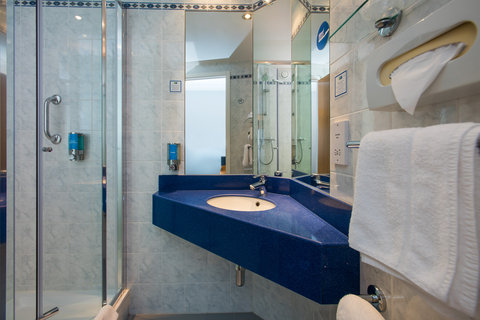 Holiday Inn Express GLASGOW - CITY CTR RIVERSIDE - Enjoy a refreshing power shower in your en-suite