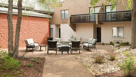 Holiday Inn Express NASHVILLE AIRPORT - Newly Landscaped Courtyard
