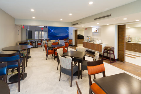 Holiday Inn Express & Suites SAN ANTONIO EAST - I10 - Breakfast Area