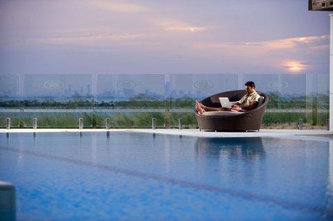 فندق كراون بلازا أبوظبي, جزيرة ياس  - View From Swimming Pool