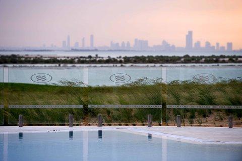 فندق كراون بلازا أبوظبي, جزيرة ياس  - Skyline View from Pool