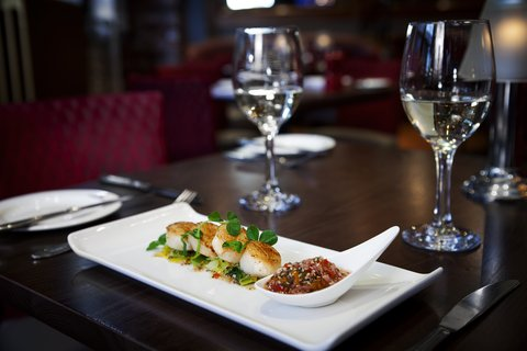 Holiday Inn GLASGOW - CITY CTR THEATRELAND - Locally sourced scallops with wine from our extensive wine list