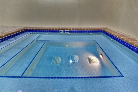 Holiday Inn Express & Suites BROOKINGS - Whirlpool