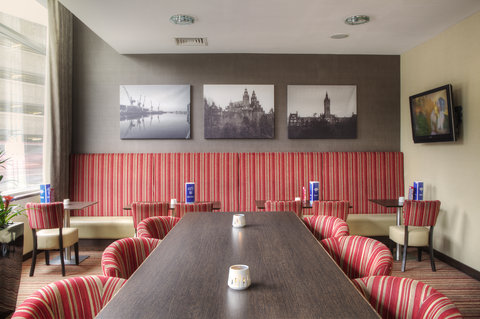 Holiday Inn Glasgow City Centre Theatreland Hotel - Enjoy a cocktail or light snack in our bar area