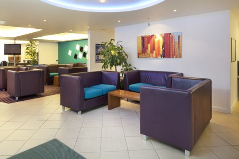 Holiday Inn Express CAMBRIDGE - Relax in the lobby at our hotel in Cambridge