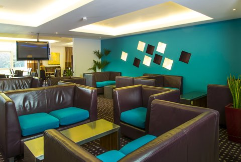 Holiday Inn Express CAMBRIDGE - Gather with the family in our modern lounge