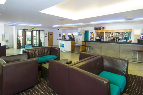 Holiday Inn Express CAMBRIDGE - Catch up with friends in our welcoming lobby