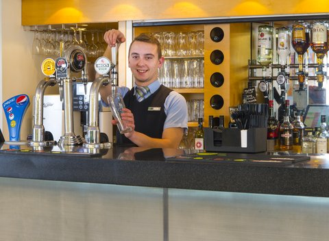 Holiday Inn Express CAMBRIDGE - Treat yourself to a refreshing drink at our lounge bar