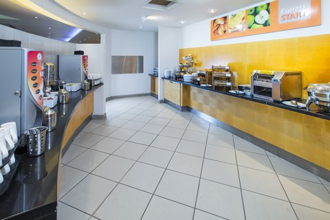 Holiday Inn Express CAMBRIDGE - Enjoy a tasty plate of scrambled eggs  sausages and baked beans