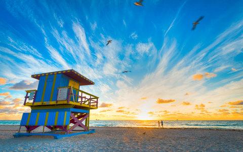 Holiday Inn Miami Beach - Oceanfront - Beach sunrise behind the Holiday Inn Miami Beach Oceanfront
