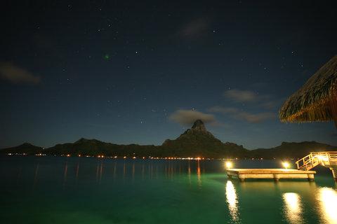 إنتركونتيننتال بورا بورا آند ثالاسو سبا - View of the main island by night