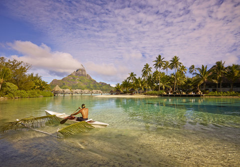 إنتركونتيننتال بورا بورا آند ثالاسو سبا - Traditional outrigger canoe in the coral garden
