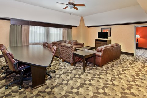 Holiday Inn Hotel & Suites COLUMBIA N I 77 TWO NOTCH RD - Presidential King Suite living area