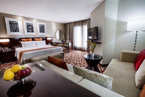 فندق كراون بلازا ديرة دبي - Junior Suite with a dedicated lounge and work area
