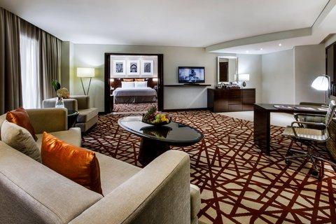 فندق كراون بلازا ديرة دبي - Executive Suite living room view