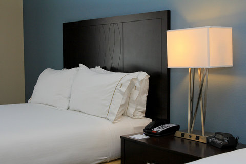 Holiday Inn Express & Suites FLORESVILLE - Guest Room