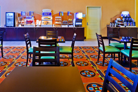 Holiday Inn Express & Suites NASHVILLE-OPRYLAND - Breakfast Area