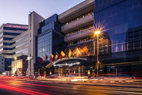 فندق كراون بلازا ديرة دبي - Crowne Plaza Dubai Deira Exterior night