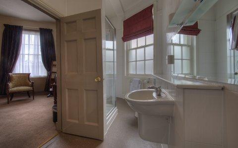 Himley House Hotel by Good Night Inns - Room Four Poster Bathroom
