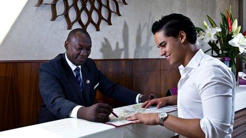 فندق كراون بلازا ديرة دبي - Concierge