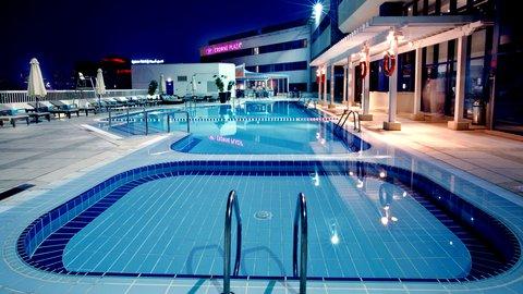 فندق كراون بلازا ديرة دبي - Outdoor Swimming Pool