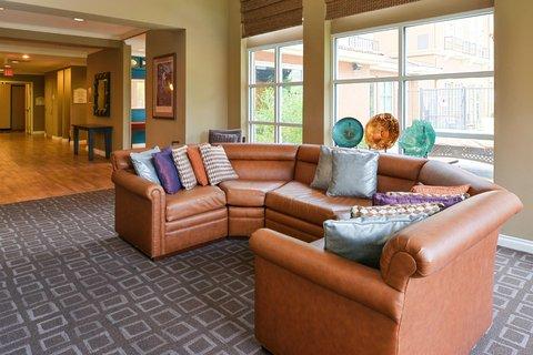 Hilton Garden Inn Napa - Lobby Seating Area