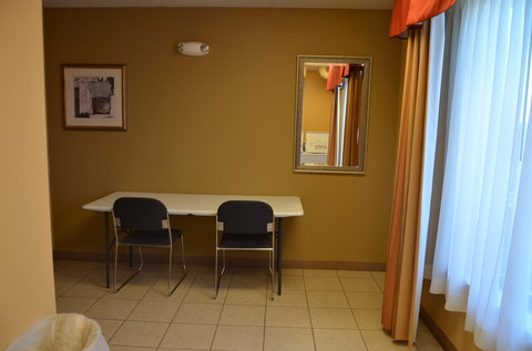 Holiday Inn Express Hotel & Suites Amarillo South - Folding Area in guest laundry