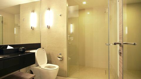 Holiday Inn Express Bangkok Sathorn - Guest bathroom with amenities