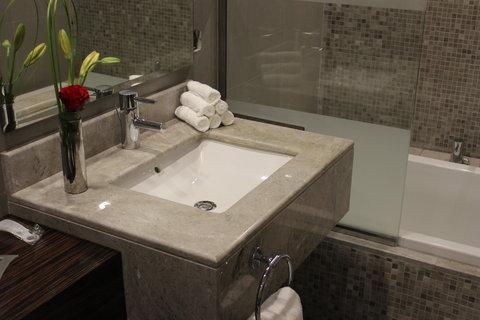 هوليداي إن بوابة جدة - Guest Bathroom