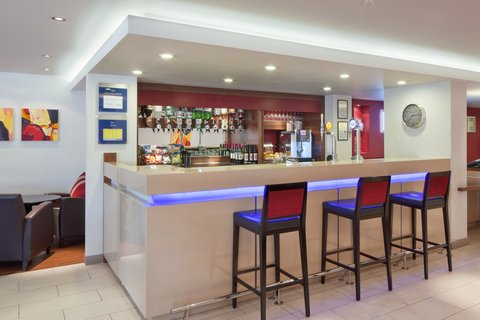 Holiday Inn Express EXETER M5, JCT. 29 - Quench your thirst with a drink from the lounge bar