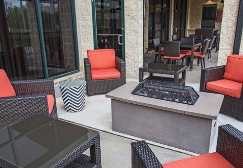 Courtyard By Marriott Aberdeen Hotel - The Home Plate Caf  Outdoor Seating