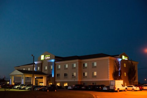 Holiday Inn Express DEVILS LAKE - Night Arrival