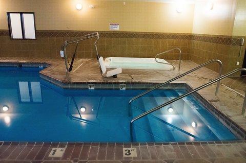 Holiday Inn Express DEVILS LAKE - Swimming pool   Spa