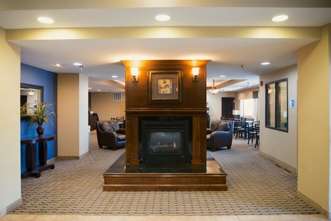 Holiday Inn Express DEVILS LAKE - Entry Fireplace