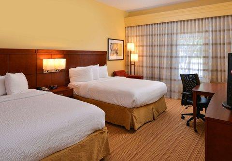 Courtyard Columbia Northeast/I-77 - Queen Queen Guest Room Sleeping Area