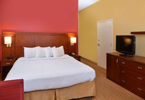 Courtyard Columbia Northeast/I-77 - King Guest Room Sleeping Area