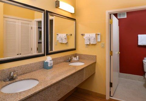 Courtyard Columbia Northeast/I-77 - King Suite Bathroom