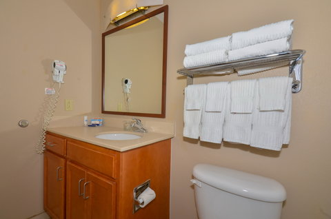Candlewood Suites CLARKSVILLE - Guest Bathroom