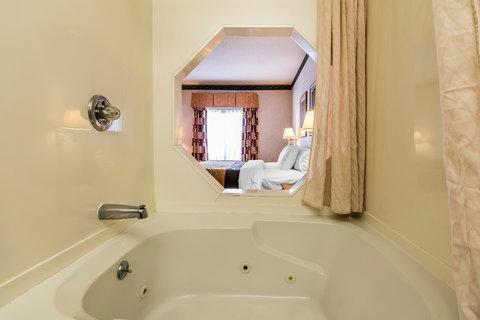 Comfort Inn Evansville - King Room Hot Tub