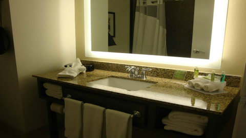 Holiday Inn Express & Suites Pocatello - Guest Bathroom