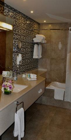 فندق هوليدي ان - Guest Bathroom