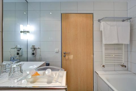 Tranzit Hotel - Guest Bathroom