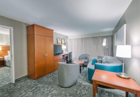 Courtyard Nashua - Suite Living Room