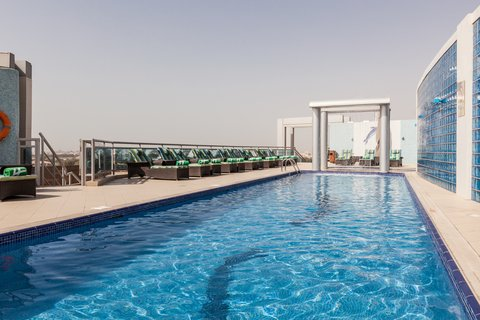 فندق هوليدي ان البرشا - Swimming pool perfect for laps at Holiday Inn Dubai -