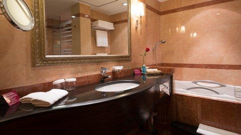 فندق كراون بلازا الكويت  - Guest Bathroom